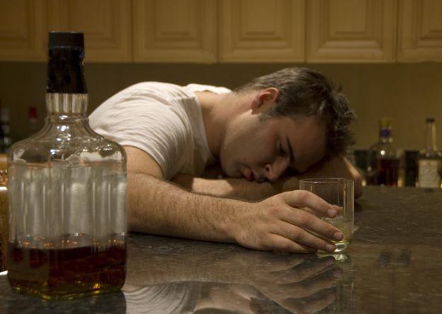Como ocorre o desenvolvimento do alcoolismo